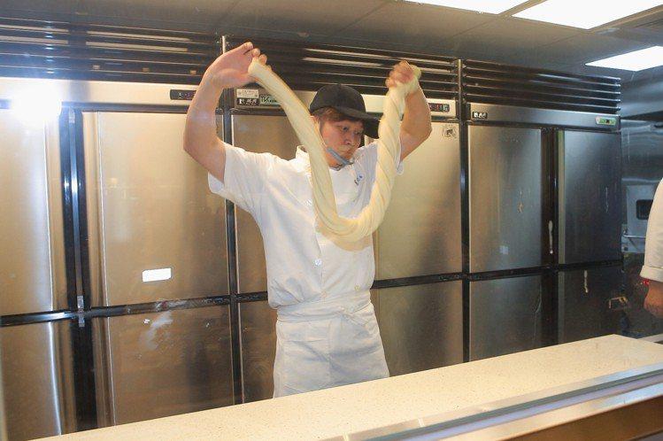 消費者可看見師傅於現場手工製作麵條的過程。記者陳睿中/攝影