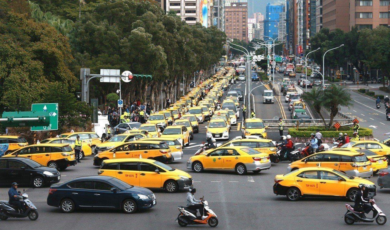 為抗議交通部對Uber事件的拖延與置之不理,傷害到合法計程車司機的生計,計程車業...