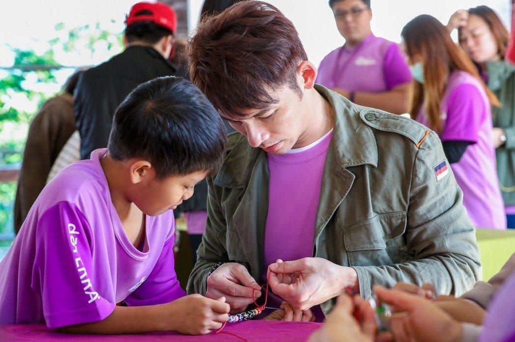 溫昇豪和小朋友們同樂。圖/療癒之手基金會提供