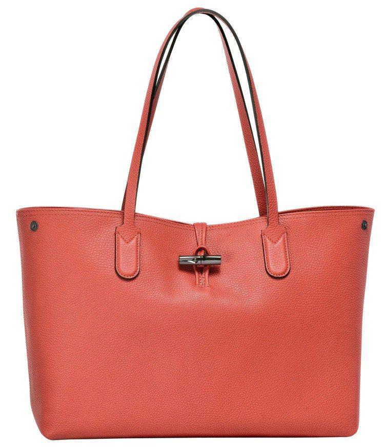 Roseau Essential紅色肩背包,售價28,600元。圖/LONGCH...