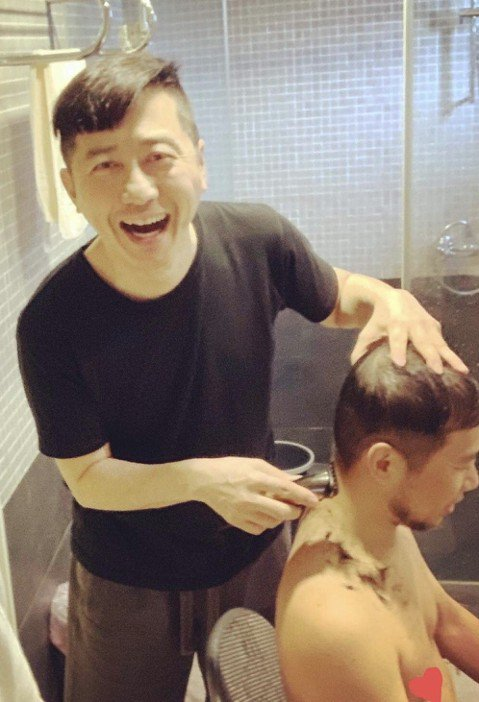 哈林除了會拿麥克風唱歌、主持,還會什麼?沒想到他還會拿剪刀,不但可以把別人的頭修剪得整齊有層次,連自己的頭髮都是親自動手完工,好友戲稱「庾式沙龍」。哈林自己剪頭髮已有很長一段時間,他買了一套專業的工...