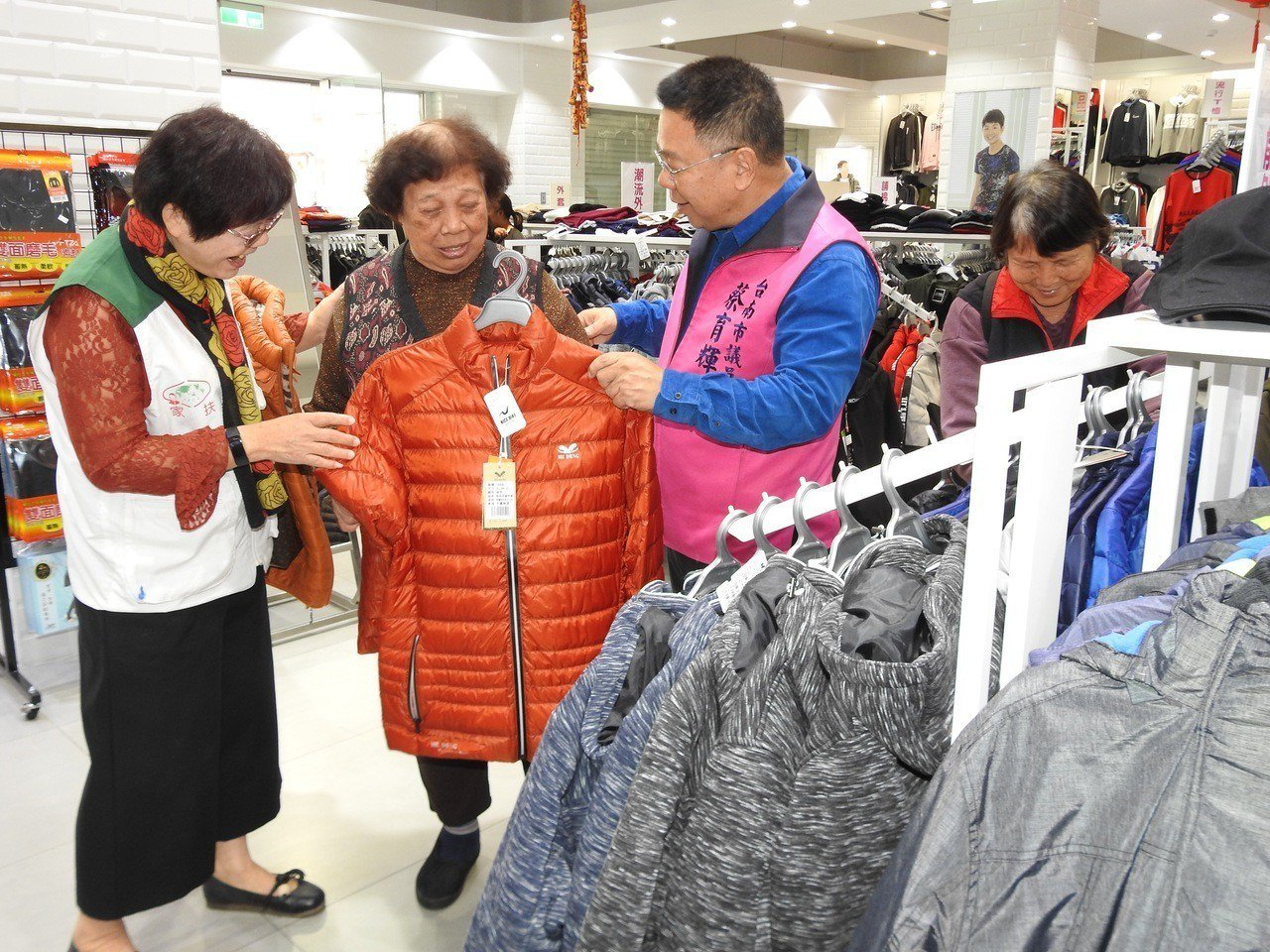 82歲黃鍾秋金阿嬤(圖中)紅著眼眶開心挑新衣。記者謝進盛╱攝影