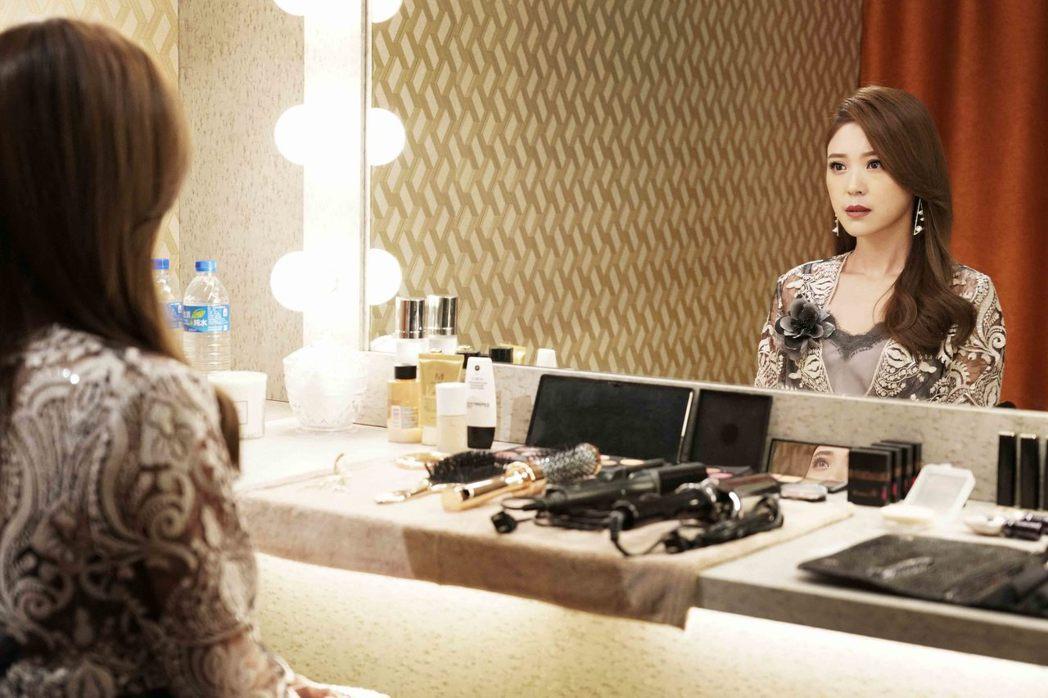 卓文萱在「瘋狂電視台瘋電影」飾演芳心寂寞的演藝圈天后。圖/華納提供