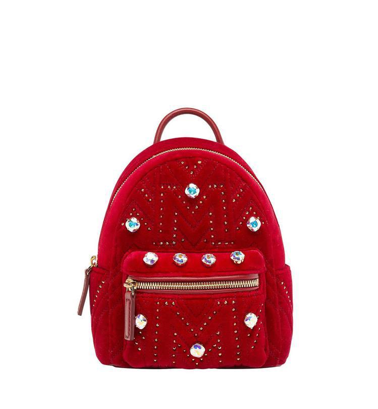 MCM Stark天鵝絨紅色後背包,售價52,000元。圖/MCM提供