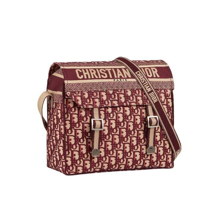 DIOR Camp Oblique酒紅色刺繡帆布斜背包,售價94,000元。圖/...