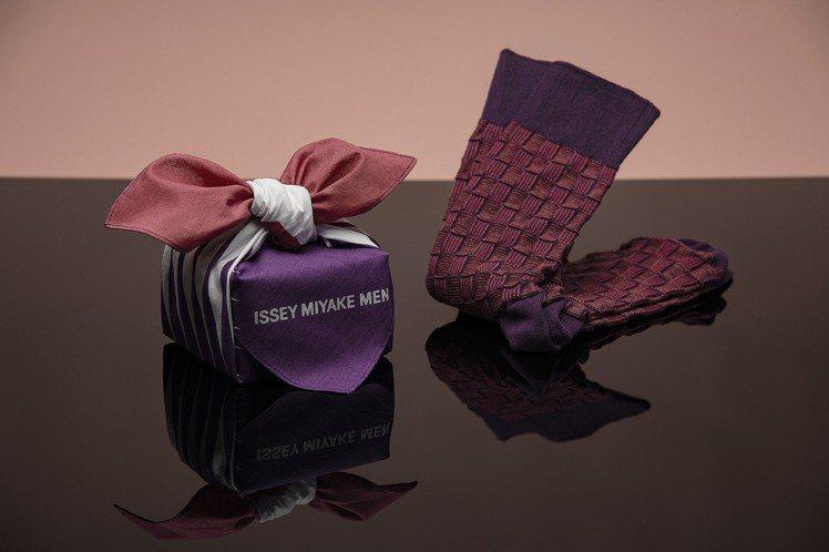 ISSEY MIYAKE情人節彩襪,售價1,300元。圖/ISSEY MIYAK...