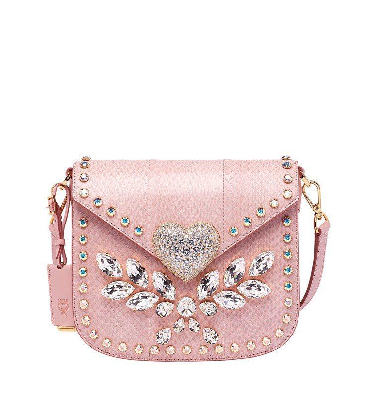 MCM粉色愛心鑽蛇皮肩背包,售價10萬5,500元。圖/MCM提供