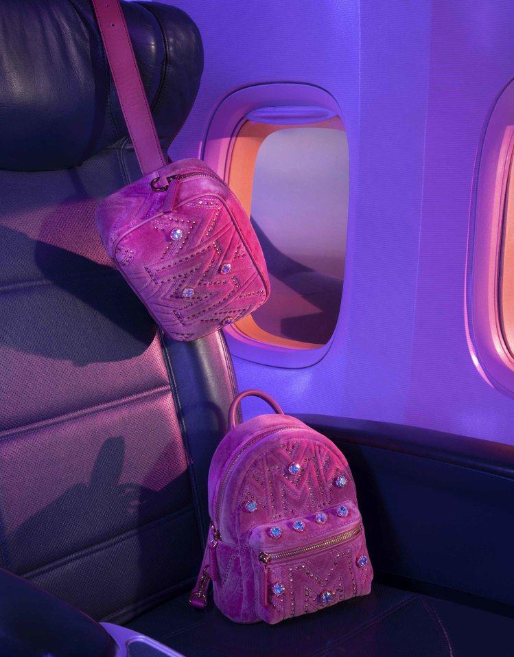 MCM粉色天鵝絨相機包34,500元、Stark天鵝絨粉色後背包52,000元。...