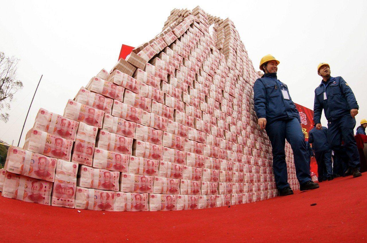 江西南昌市方大特鋼廠,3億多元現金堆成一座「金山」,為員工發放年終獎金。(中新社...