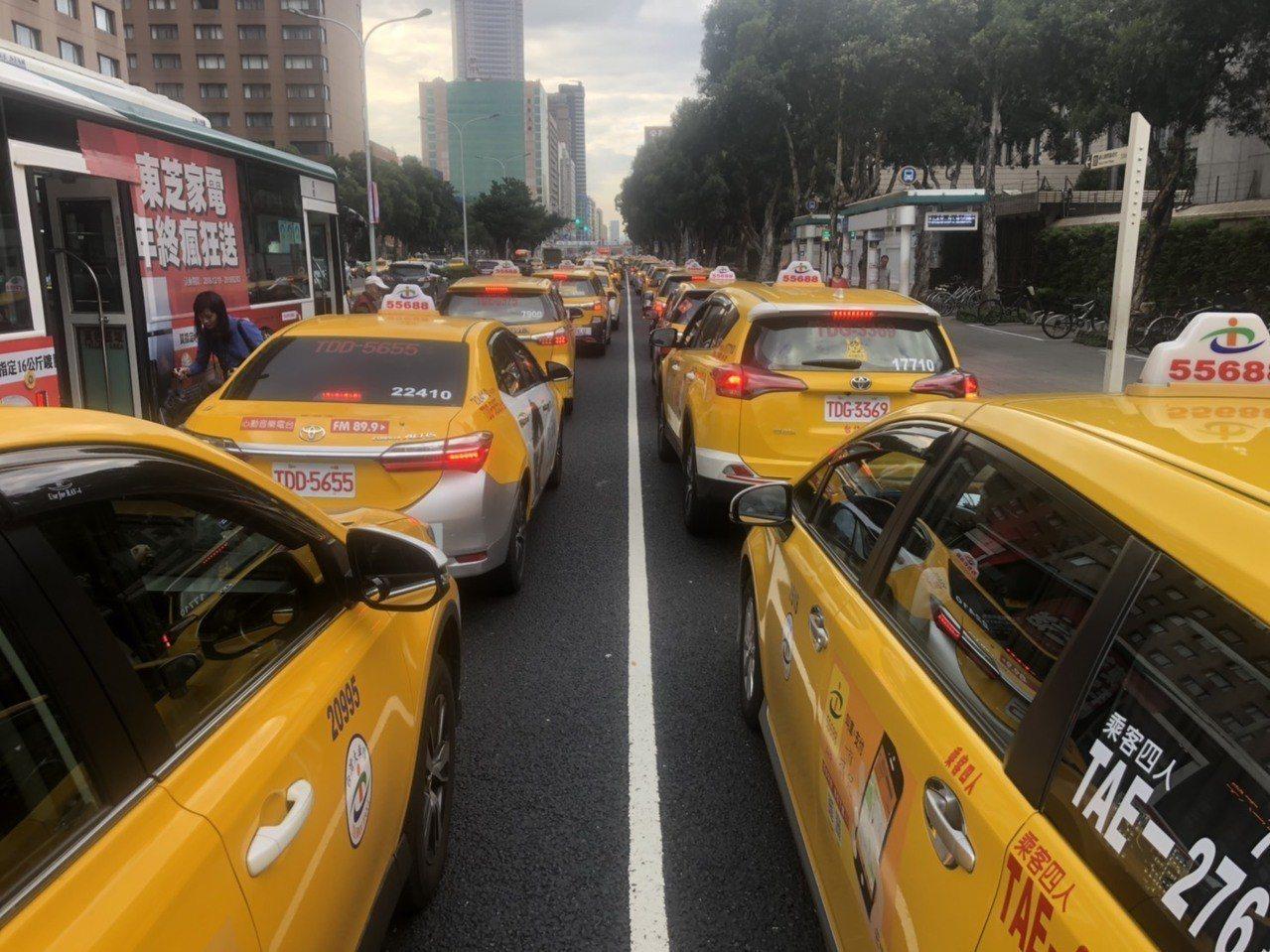 3000輛計程車今天下午包圍行政院。記者侯俐安/攝影