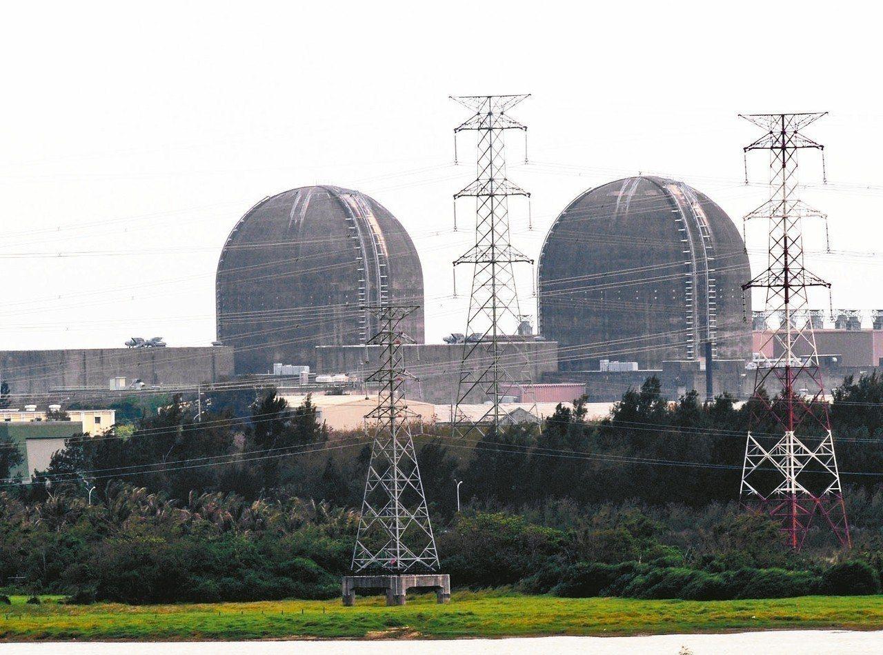 經濟部31日發布最新能源政策檢討,能源配比照舊,核電不使用,核電廠不可能延役或重...