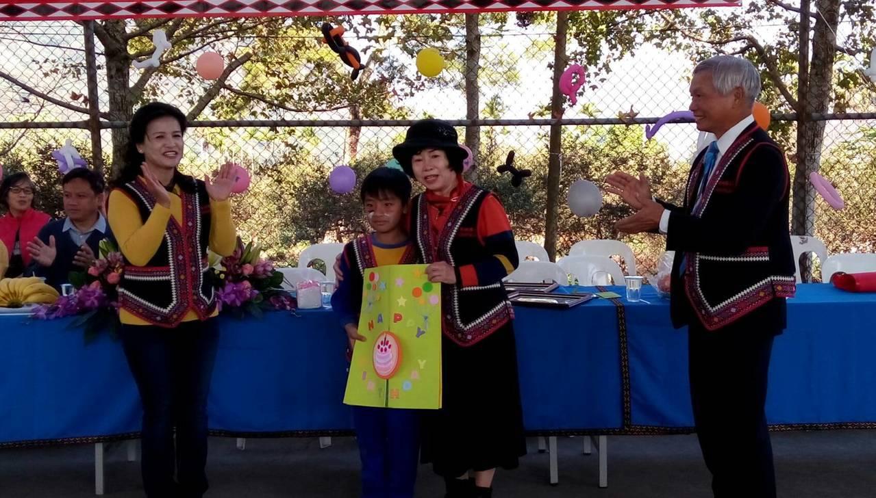 信義鄉新鄉國小學童手繪原民風的畫作,向南投扶輪社致謝。圖/南投扶輪社提供