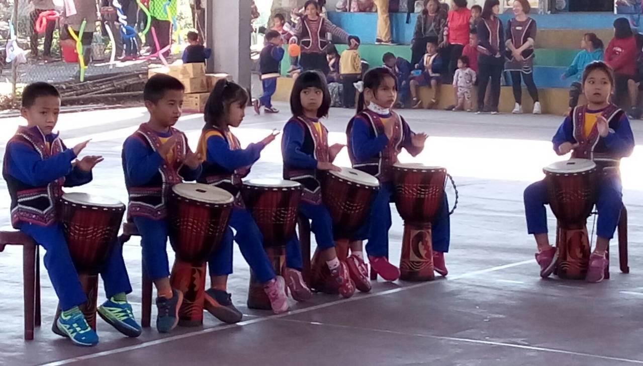 新鄉國小學童打鼓歡迎南投扶輪社員前來。圖/南投扶輪社提供