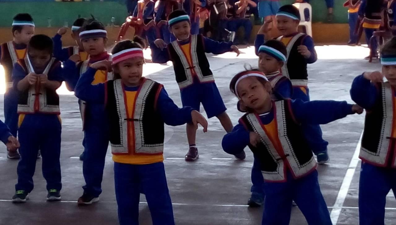新鄉國小學童表演原民歌舞迎嘉賓。圖/南投扶輪社提供