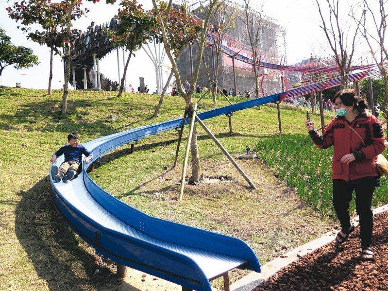 桃園市政府利用風禾公園滯洪池設施高低差,打造7座滑梯,吸引小朋友遊戲,圖為50公尺長的滾輪滑梯,很受歡迎。 記者張裕珍/攝影