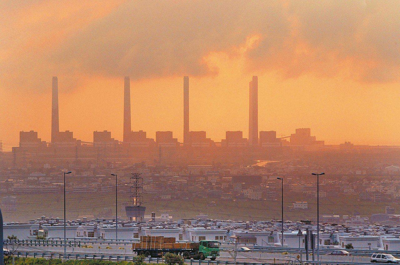 圖為台中火力發電廠。 本報資料照片、台電提供