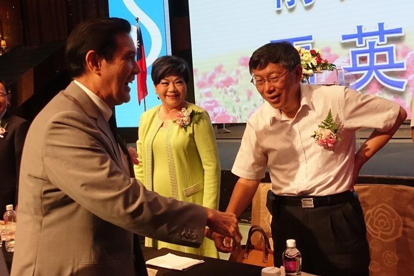 前總統馬英九(左)、台北市長柯文哲去年出席國際蘭馨交流協會總監與理監事交接與就職...
