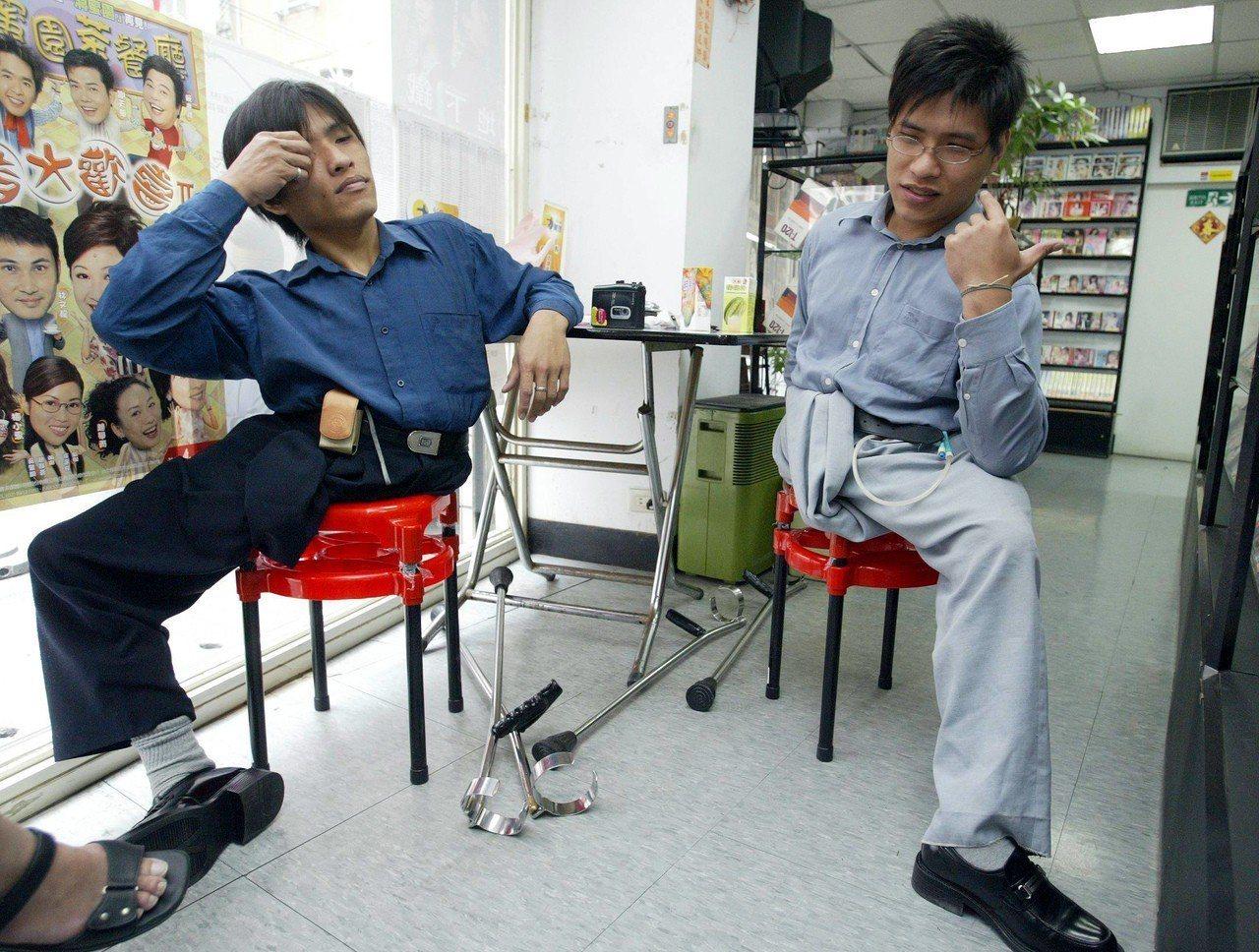 台灣第一對連體嬰雙胞胎分割手術成功的忠仁(左)、忠義(右。圖/報系資料照
