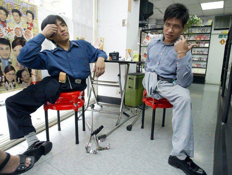 台灣第一對連體嬰雙胞胎分割手術成功的忠仁(左)、忠義(右)。圖/報系資料照