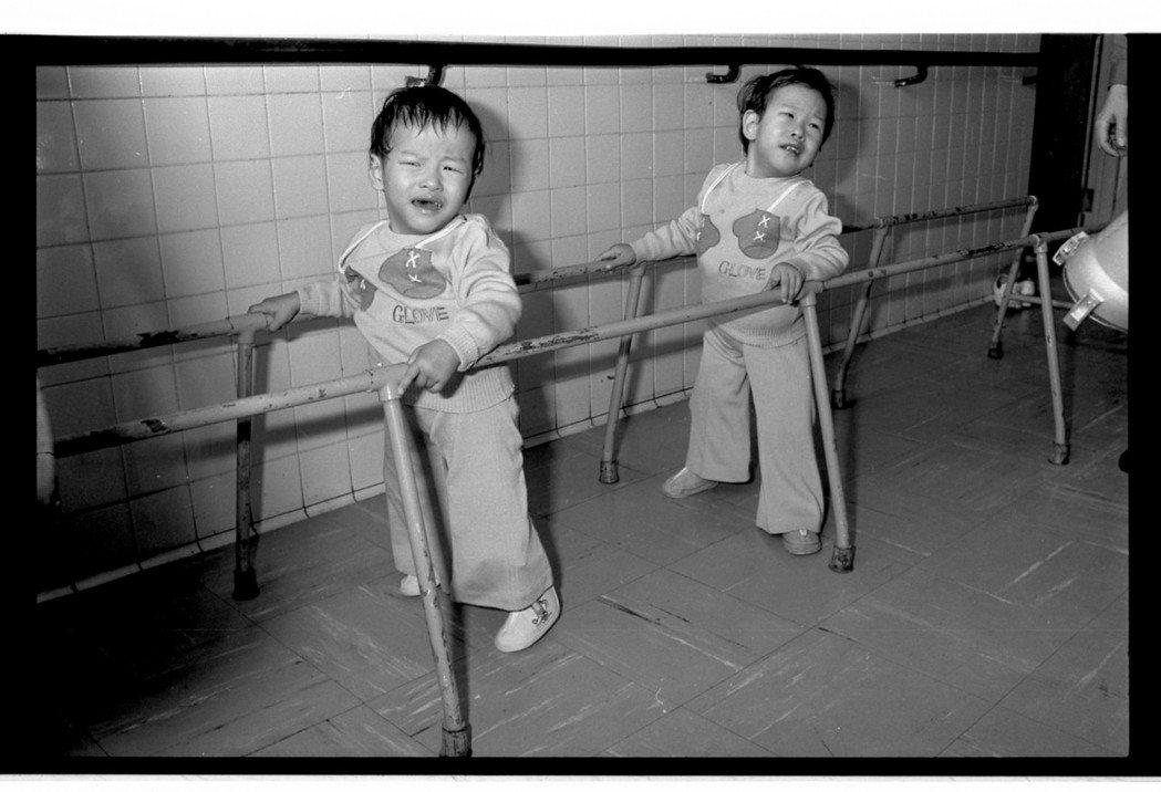 跨過一重又一重的難關,張忠仁(左)、張忠義1980年3月終於雙腳著地,開始走路了...