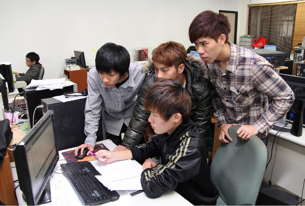 八月上路的十二年國教新課網,中學生將必修程式設計,台北科大等許多大學也將程式語言...
