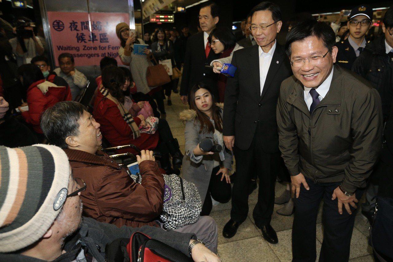 交通部長林佳龍(右前)視察台北火車站疏運狀況,並問候返鄉民眾,展現親民作風。記者...