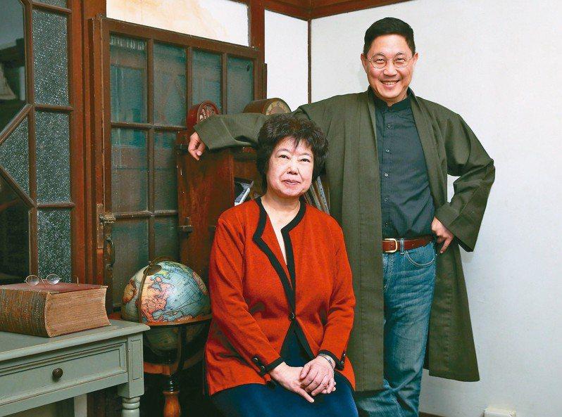 王安祈(左)與馮翊綱。 圖╱本報記者林澔一攝影