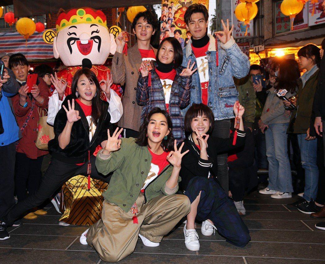 電影《大三元》導演率領主要演員 Ella、張軒睿、海芬、嚴正嵐、吳承洋到迪化街拜...
