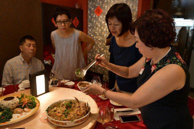 阿舍宴的布袋雞,黃婉玲(右一)拿湯匙一碰即化開來。圖/鄔智明提供