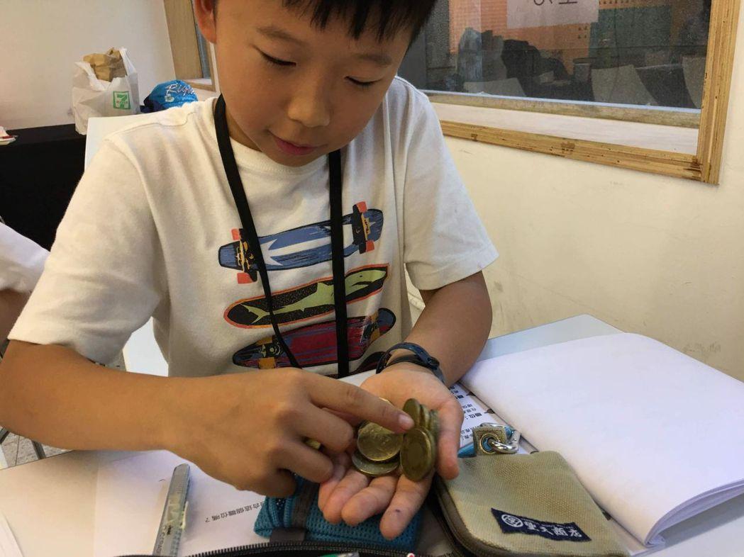 小朋友掏出自己的零用錢,模擬創立1間社會企業。  夏都酒店集團 提供