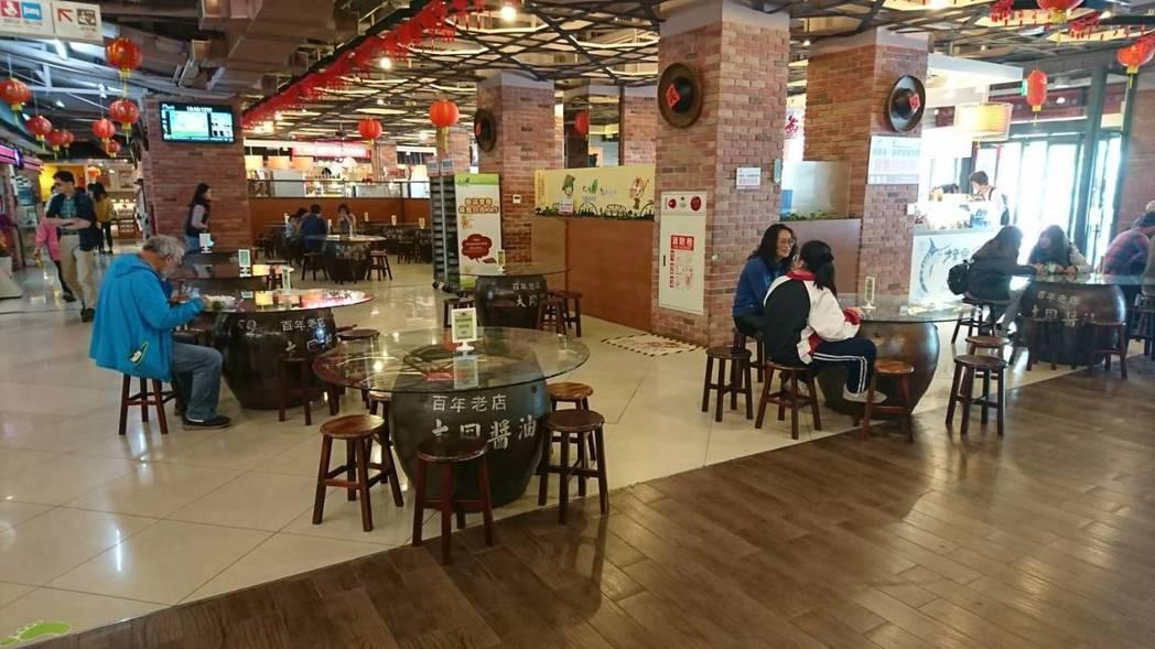 西螺服務區連桌子都用醬油缸打造,很有當地特色。 圖/高公局提供