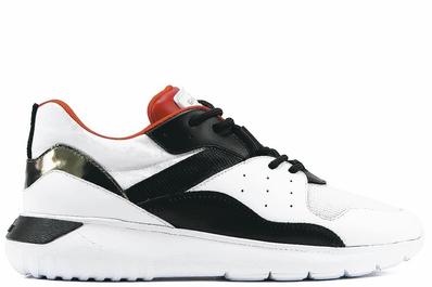 HOGAN豬年新春限定系列,以黑白主色ICUBE運動鞋搭配新年特製的記憶鞋墊。價...