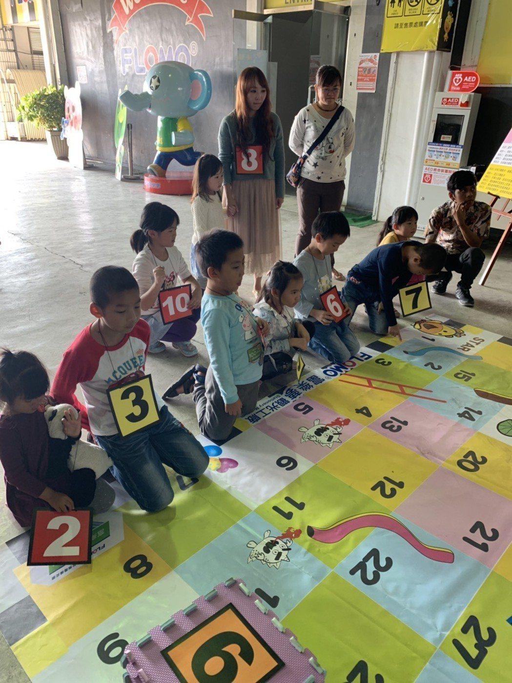 富樂夢觀光工廠台灣童玩區規劃多款精典童玩,蛇梯棋讓孩子從遊戲中輕鬆掌握數字的轉換...