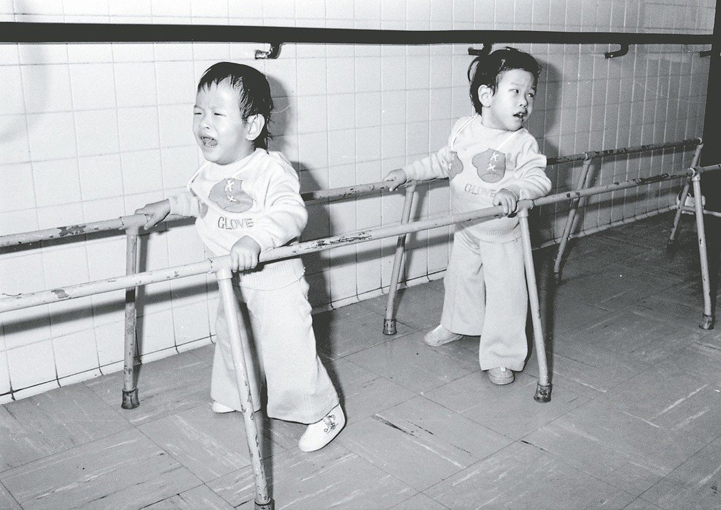 1980/3 忠仁忠義學走路 1980年3月4日,國內第一對成功分割的連體雙胞胎...