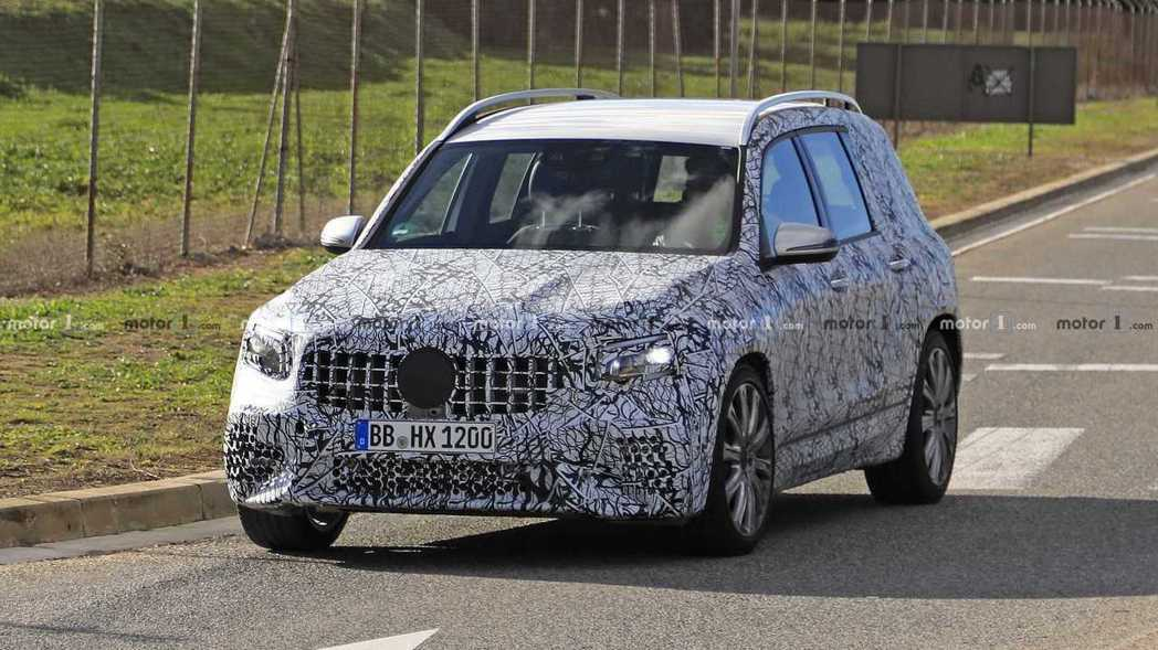 全新Mercedes-Benz GLB偽裝測試車。 摘自Motor 1