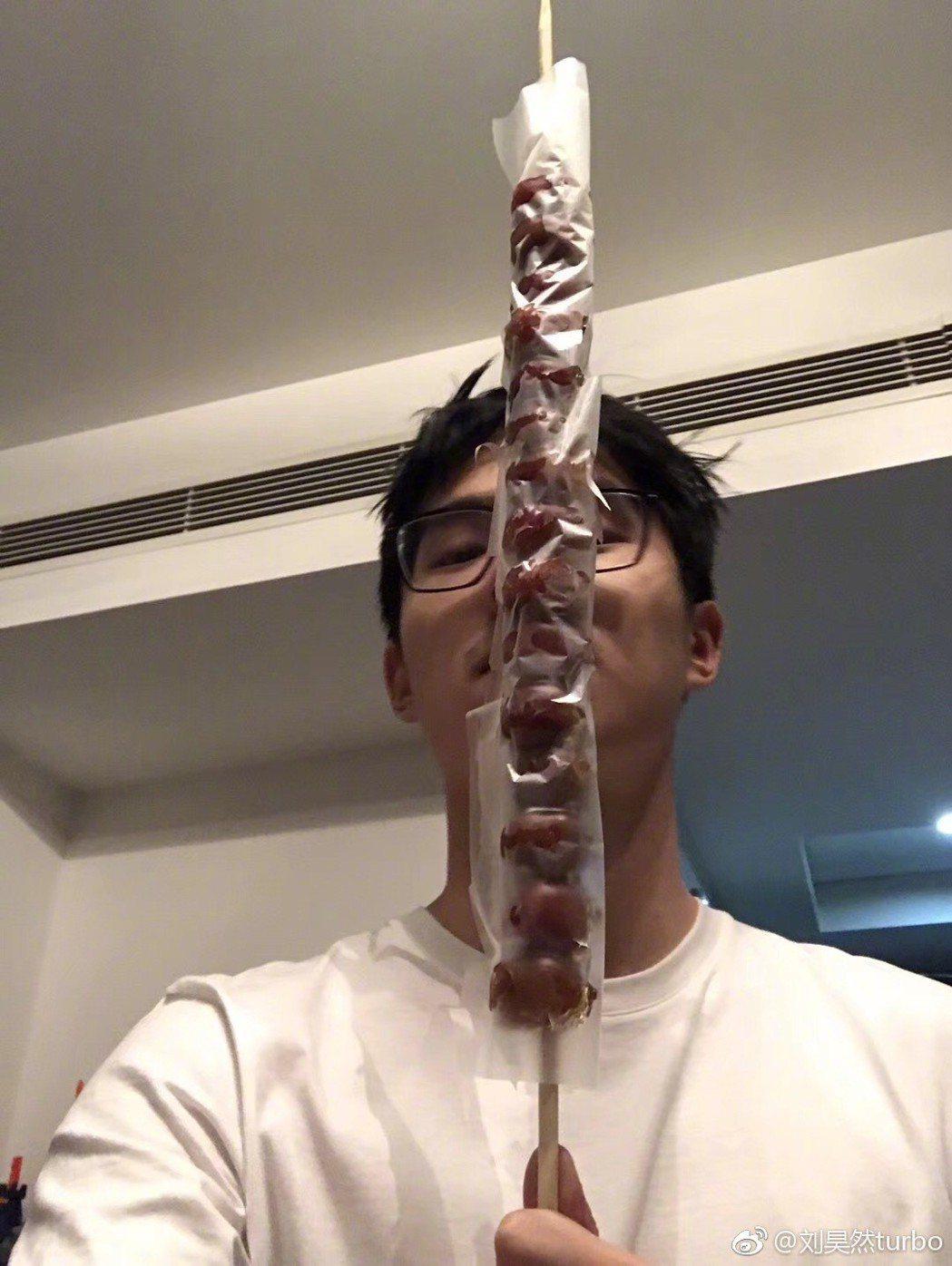 劉昊然手拿糖葫蘆。圖/擷自微博