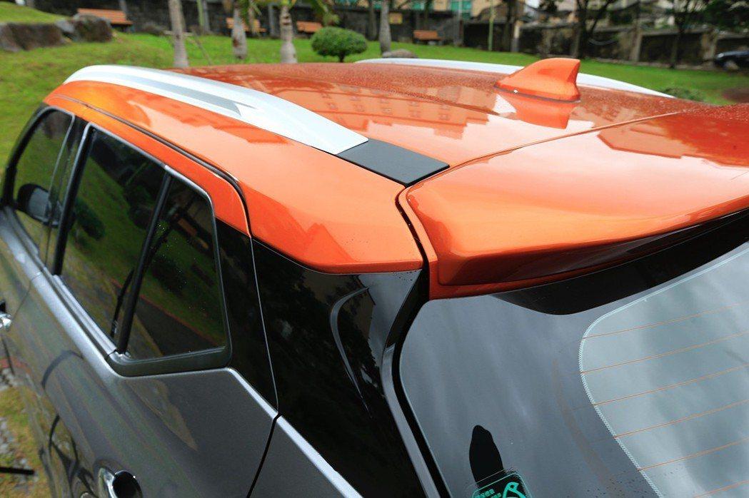 KICKS踢翻常規,亮眼搶色的雙色懸浮式車頂深受年輕人喜愛。  圖/發燒車訊 ...