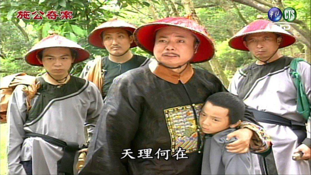 《嘉慶君遊台灣》、《施公奇案》以及謝祖武主演的《天下第一棒》,這一類走「破奇案」...