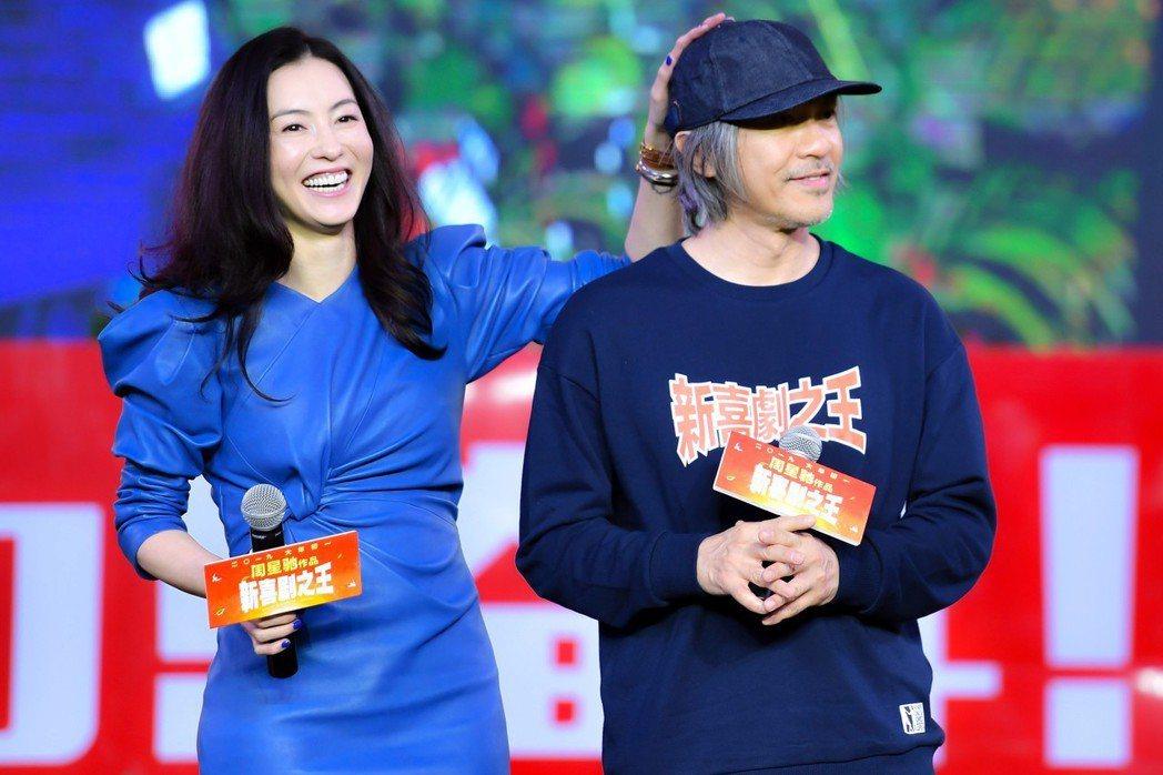 周星馳(右)攜張柏芝(左)為2019賀歲電影《新喜劇之王》宣傳造勢。 圖/中新社