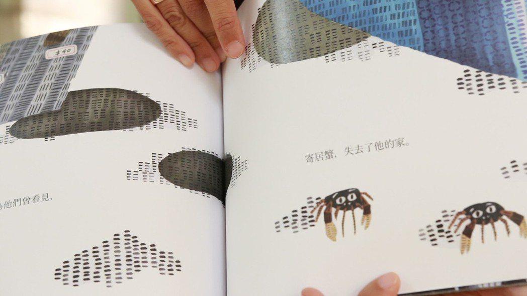 社會組金獎陳冠伶與得獎繪本「他們說」。 斗六市公所/提供