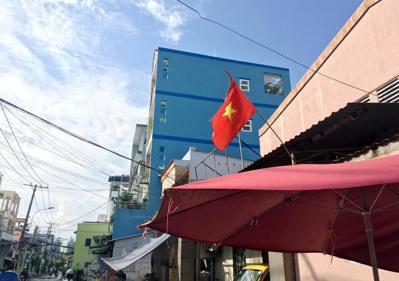 越南國旗一般只有政府單位會一直掛著,但是到了過年,家家戶戶都是這樣的旗幟,也剛好...