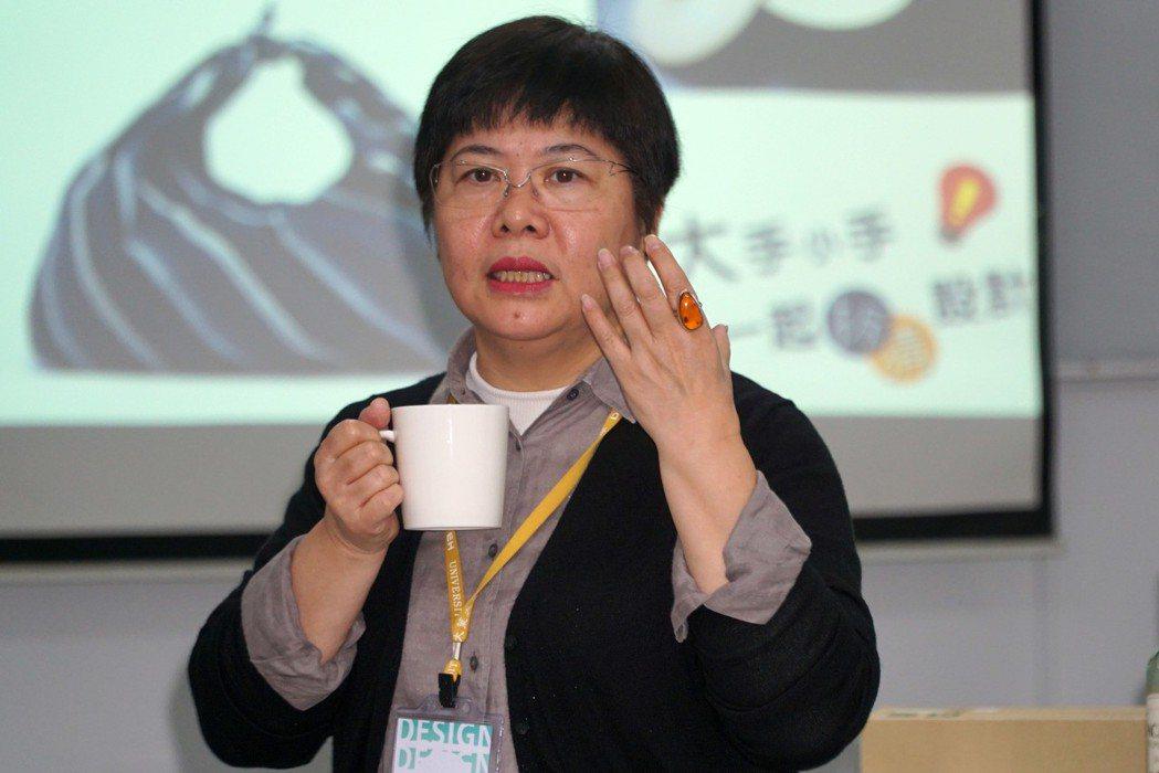 大葉大學工設系主任吳婉宜以杯子為例,說明設計思考。 大葉大學/提供。