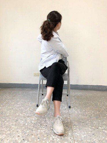 3.翹左腳身體向左彎,雙手抓椅背,以伸展腰部和下肢肌肉(反向重複)。每個動作持續...