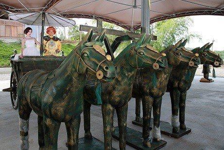 遊客可租借戲服與兵馬俑合照。 業者/提供