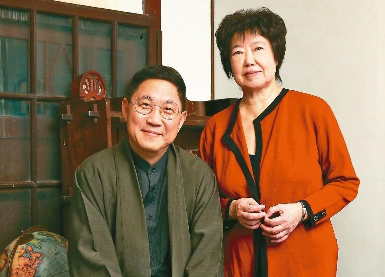 王安祈(右)與馮翊綱。