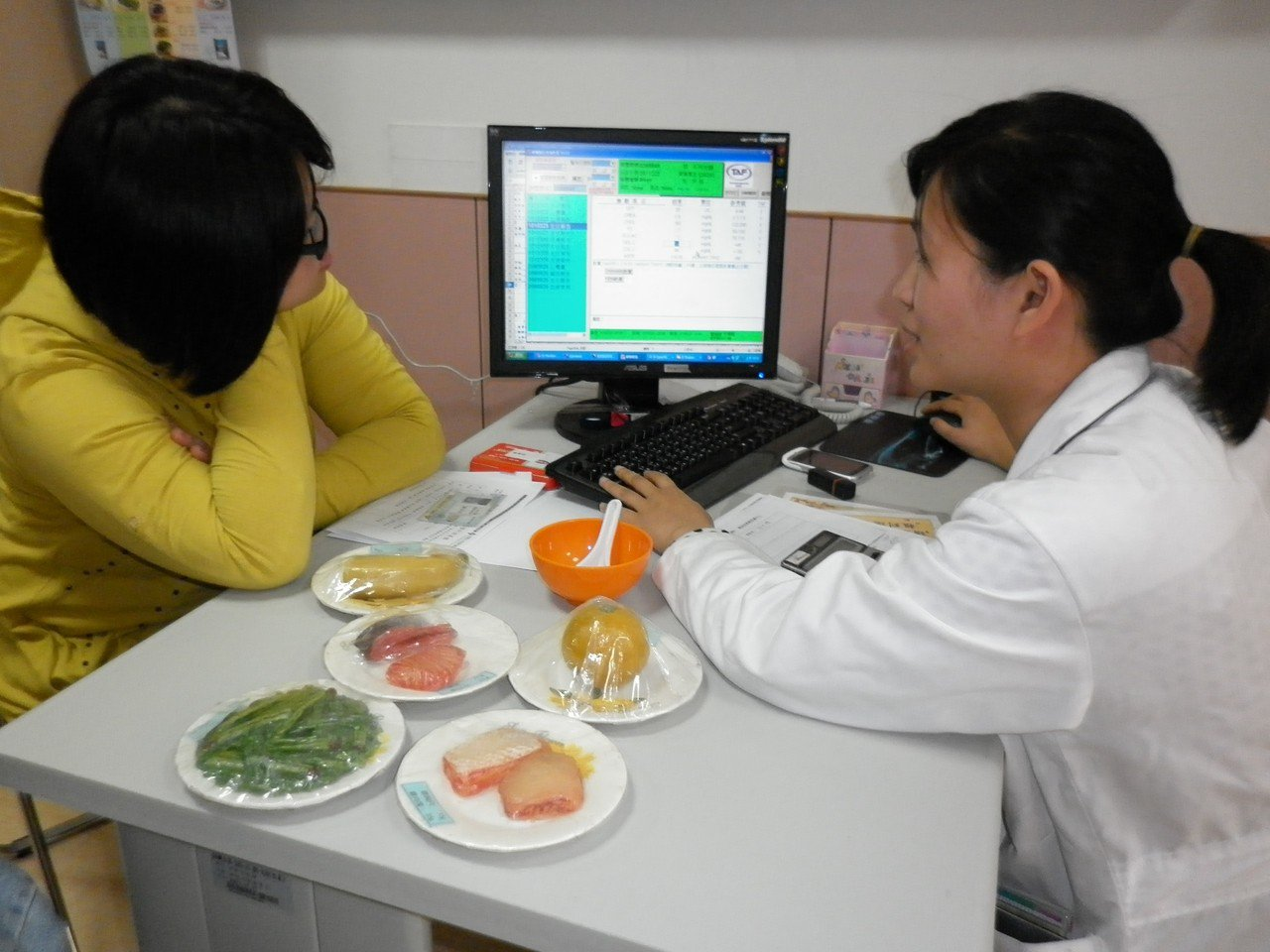 慢性病人可跟營養師洽詢正確飲食並學習份量的掌握。 圖/彰濱秀傳醫院提供