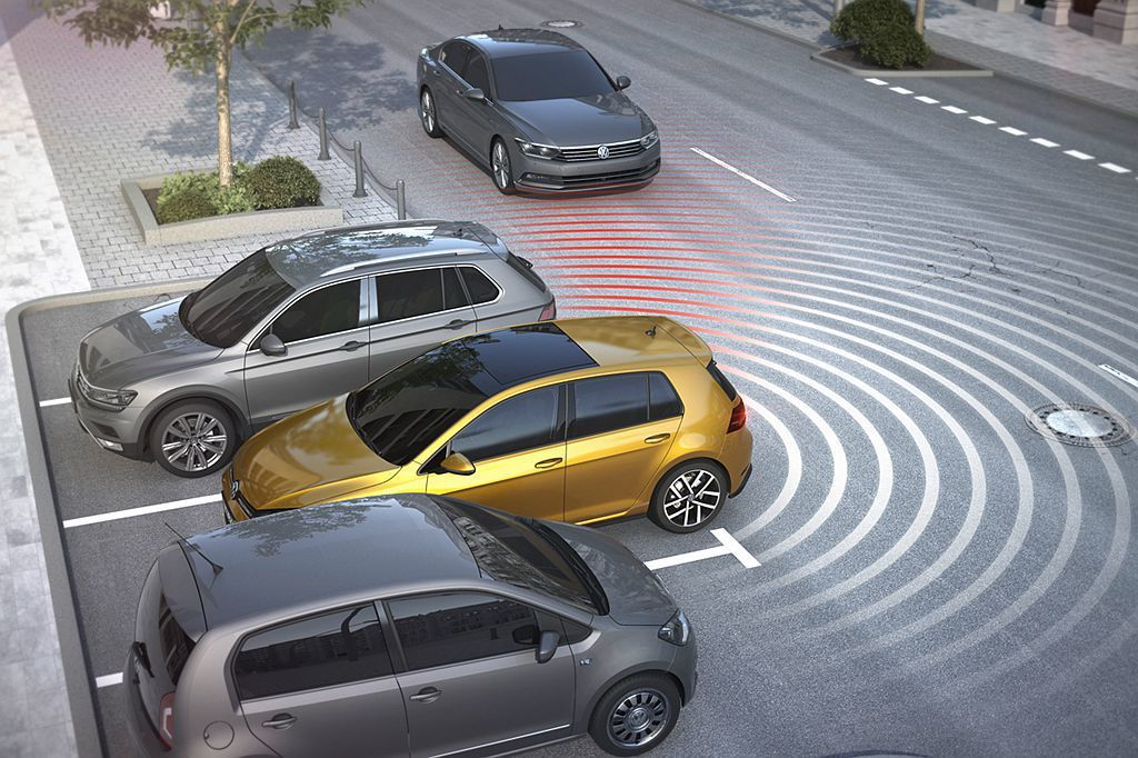 RCTA後方車流警示系統利用後保桿兩側的掃描雷達,當駕駛倒車駛離車位或剛好看不見...
