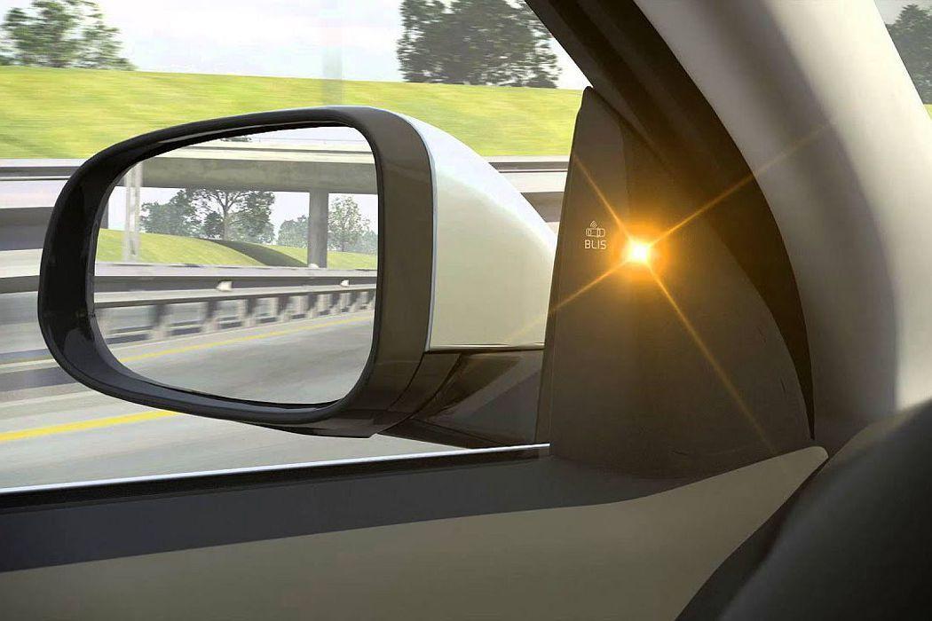 當兩側車輛在駕駛視覺死角或從後方接近時,BLIS盲點偵測系統就會亮燈或閃爍來告知...