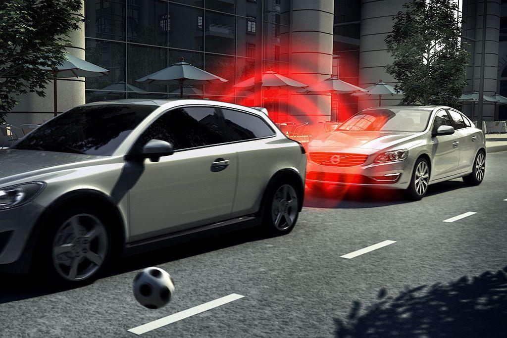 美國高速公路安全保險協會(IIHS)研究,AEB自動緊急剎車系統可大幅降低50%...