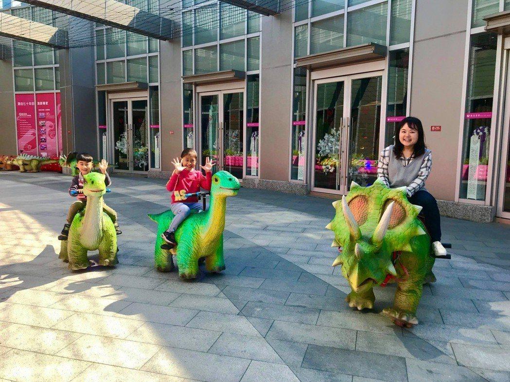 小恐龍騎乘票價為每8分鐘100元(單人搭乘),大恐龍則為每10分鐘250元. 業...